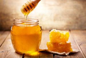 pot de miel avec morceaux de rayon