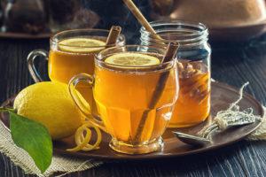 tasse de tisane detox au miel citron et cannelle