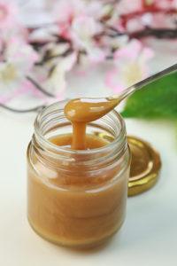pot de miel crémeux avec sa cuillère