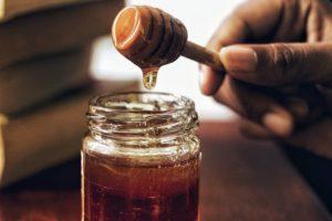 miel sur une cuillère en bois