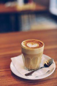 tasse de cappuccino au curcuma